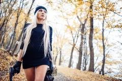 Sexig blond flicka med vapnet Fotografering för Bildbyråer