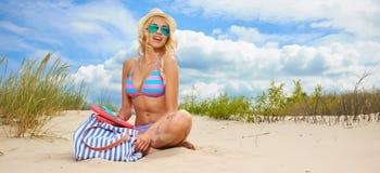 Sexig blond flicka på stranden royaltyfria foton