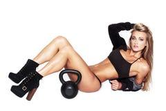 Sexig blond konditionmodell med kettlebell Royaltyfri Fotografi