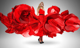 Sexig blond kvinna i härlig röd klänning arkivfoto