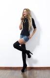 Sexig blond kvinna i jeanskortslutningar arkivfoto