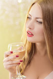 Sexig blond kvinna med ett exponeringsglas av champagne på partiet Royaltyfria Foton