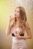 Sexig blond kvinna med ett exponeringsglas av champagne på partiet Royaltyfri Bild