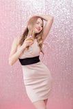 Sexig blond kvinna med ett exponeringsglas av champagne på partiet Royaltyfri Fotografi