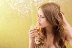 Sexig blond kvinna med ett exponeringsglas av champagne på partiet Arkivfoton