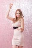 Sexig blond kvinna med ett exponeringsglas av champagne på partiet Arkivbilder