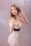 Sexig blond kvinna med ett exponeringsglas av champagne på partiet Fotografering för Bildbyråer