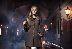 Sexig blond kvinna med ubrella Arkivbild