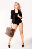 Sexig blond kvinna på den gamla resväskan Royaltyfria Bilder