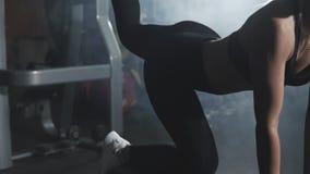 Sexig blond kvinnautbildning i sportmitt Att göra för flicka sparkar baksidor på bänk lager videofilmer