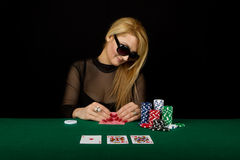 sexig blond leka poker Arkivfoton