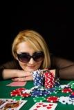 sexig blond leka poker Royaltyfri Foto