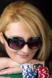 sexig blond leka poker Arkivfoto