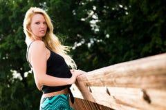 Sexig blond modemodell på en bro Royaltyfria Bilder