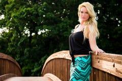 Sexig blond modemodell på en bro Arkivfoton
