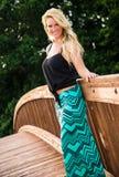 Sexig blond modemodell på en bro Royaltyfri Bild