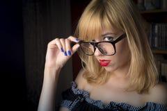 Sexig blond skolflicka arkivbild