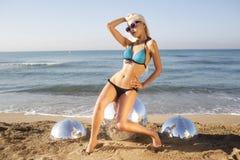 Sexig blond strandkvinna Fotografering för Bildbyråer
