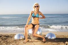 Sexig blond strandkvinna Royaltyfri Bild