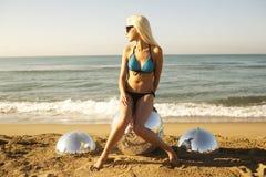 Sexig blond strandkvinna Royaltyfria Bilder