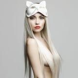 Sexig blondin i kattmaskering Arkivbilder