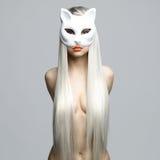 Sexig blondin i kattmaskering Fotografering för Bildbyråer