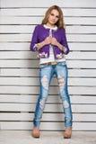Sexig blondin i riven sönder jeans Royaltyfria Foton