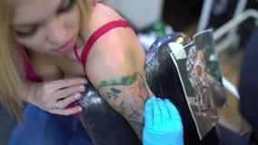 Sexig blondin och ledar- teckningstiger för tatuering stock video