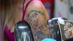 Sexig blondin och tatueringförlage på arbete i studio arkivfilmer