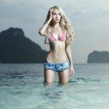 Sexig blondin på havet royaltyfria bilder