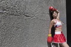 Sexig boxarekvinna i en sportswear Royaltyfri Foto