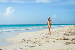 Sexig brunbränd kvinna i bikini på den tropiska naturliga stranden Fotografering för Bildbyråer