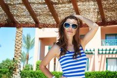 Sexig brunett med att le för solglasögon Royaltyfri Fotografi