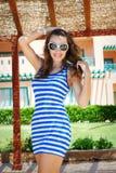Sexig brunett med att le för solglasögon Royaltyfria Bilder