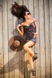 Sexig brunett som lägger på sundeck Royaltyfria Foton