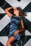 Sexig brunett som ligger på den bästa sikten för golv arkivbild