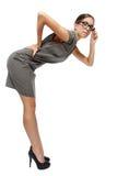 Sexig brunettaffärskvinna, i att böja för exponeringsglas arkivfoto