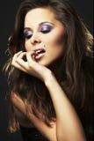 sexig brunettflickastående royaltyfri fotografi