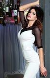 Sexig brunettkvinna i den vita klänningen. Royaltyfria Bilder