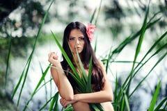 Sexig brunettkvinna i vatten Arkivbild