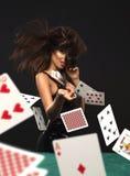 Sexig brunettkvinna med pokerkort Royaltyfria Bilder