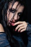 Sexig brunettkvinna med våt hud och rökig ögonMak Arkivbilder