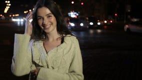 Sexig brunettkvinna som poserar på nattstadsgatan stock video