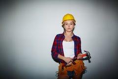 Sexig byggnadsarbetare med hammaren Arkivbilder