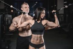 Sexig caucasian man och kvinna i idrottshall Royaltyfri Bild