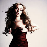 Sexig caucasian ung kvinna i röd klänning Arkivbilder