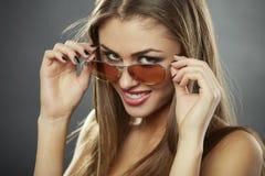 Stil flirty och solglasögon Arkivbild