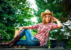 Sexig cowgirl. Arkivfoton