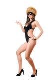 Sexig dam i solglasögon som bär baddräkten och päls-locket fotografering för bildbyråer