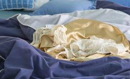 Sexig damunderkläder på säng i morgonen fotografering för bildbyråer